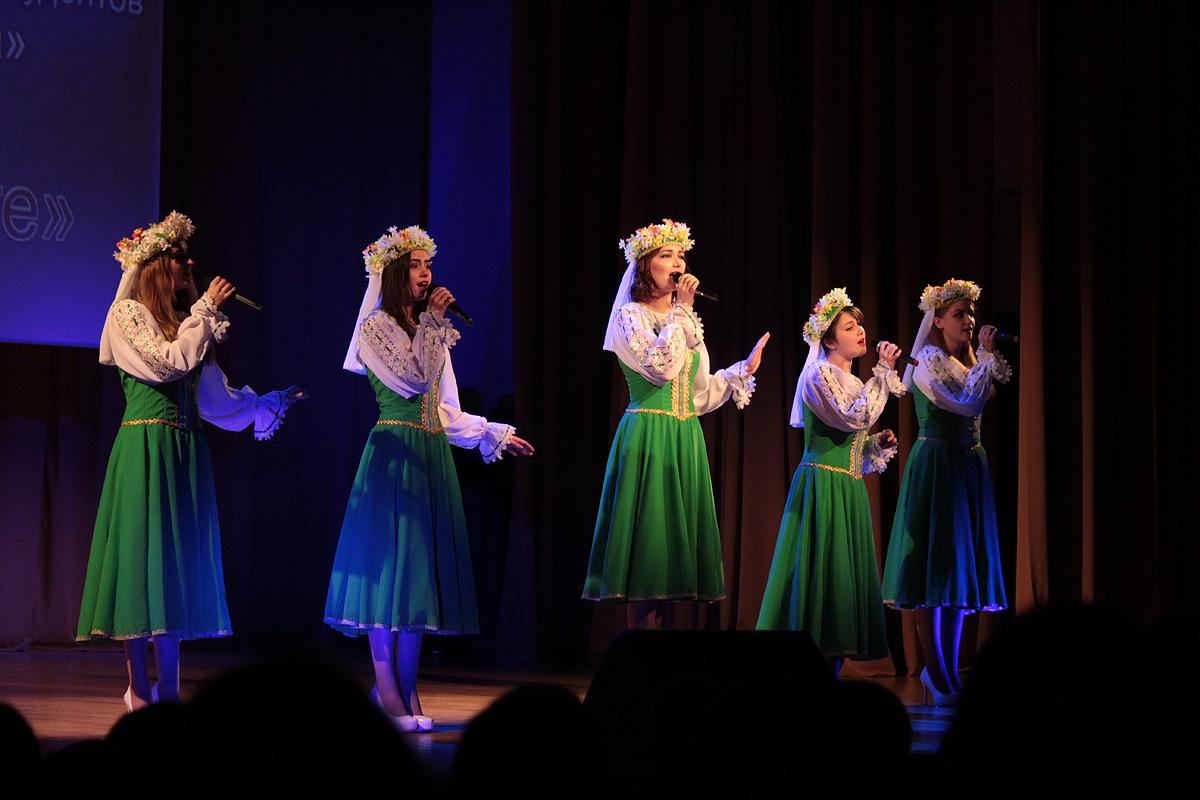 Коллектив БарГУ Фольк-мажор исполняет песню Купалинка.