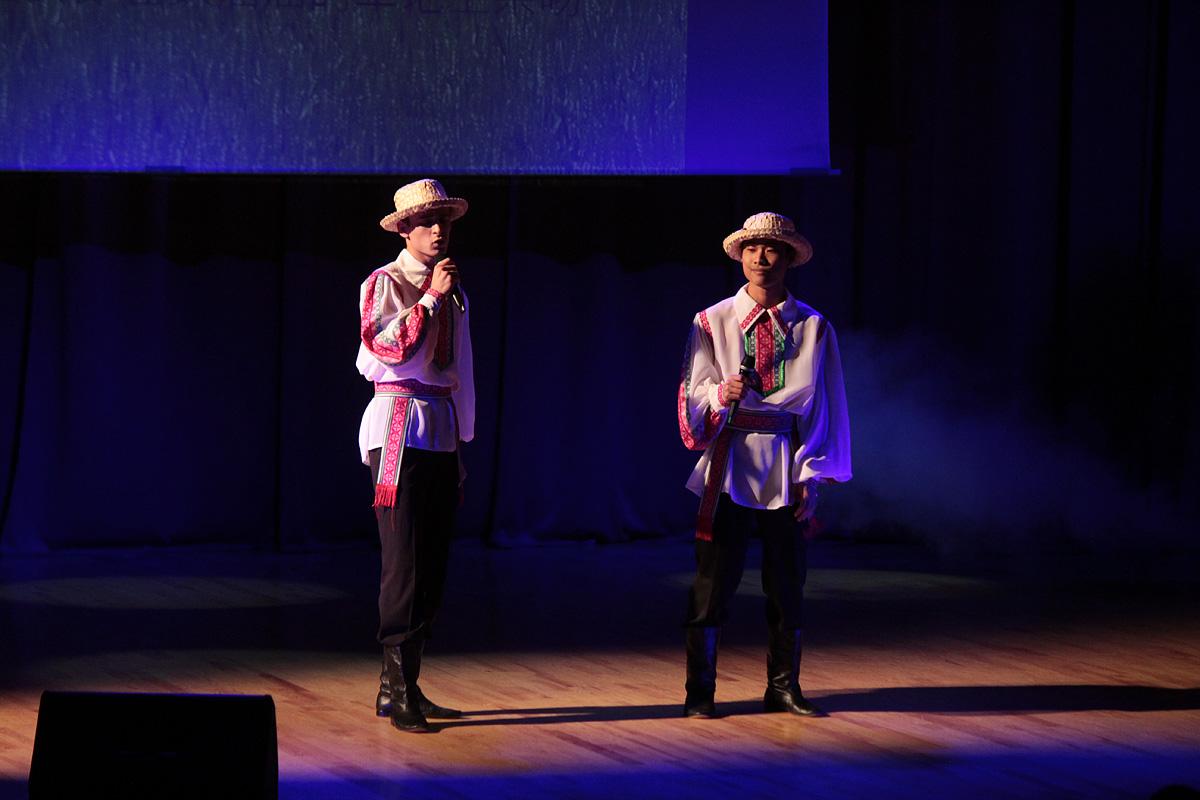 На сцене – студенты из Беларуси и Китая.