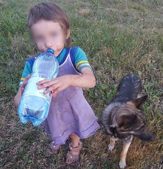 Девочка Женя бежала одна вдоль трассы.
