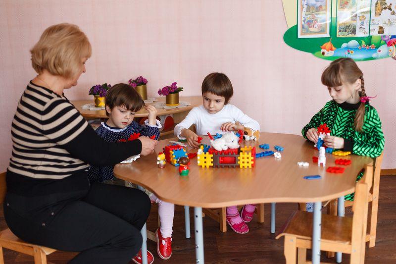 Воспитатель детского приюта проводит занятия с детьми. Фото: Александр КОРОБ