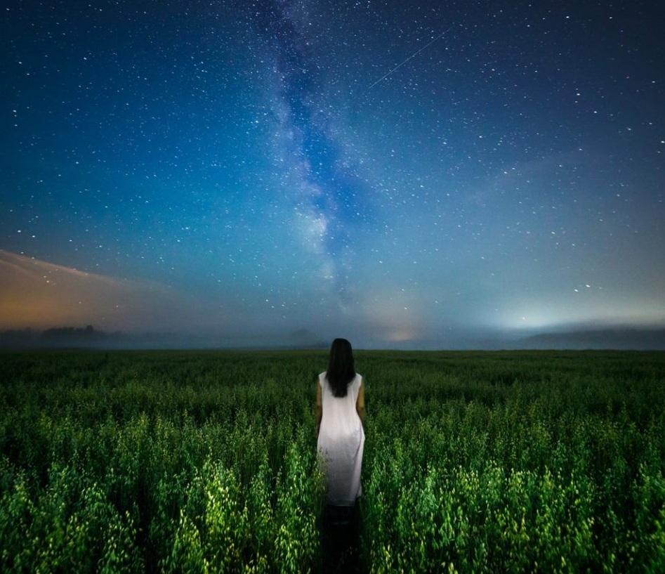 «Homeward» – аўтар фота з дапамогай працяглай экспазіцыі зарэгістраваў сцэну, у якой жанчына сярод ночы ідзе ў накірунку неба з Млечным Шляхам. Фота: Kimmo Kuisma, Finland, Entry, Open, Low Light, 2016 Sony World Photography Awards
