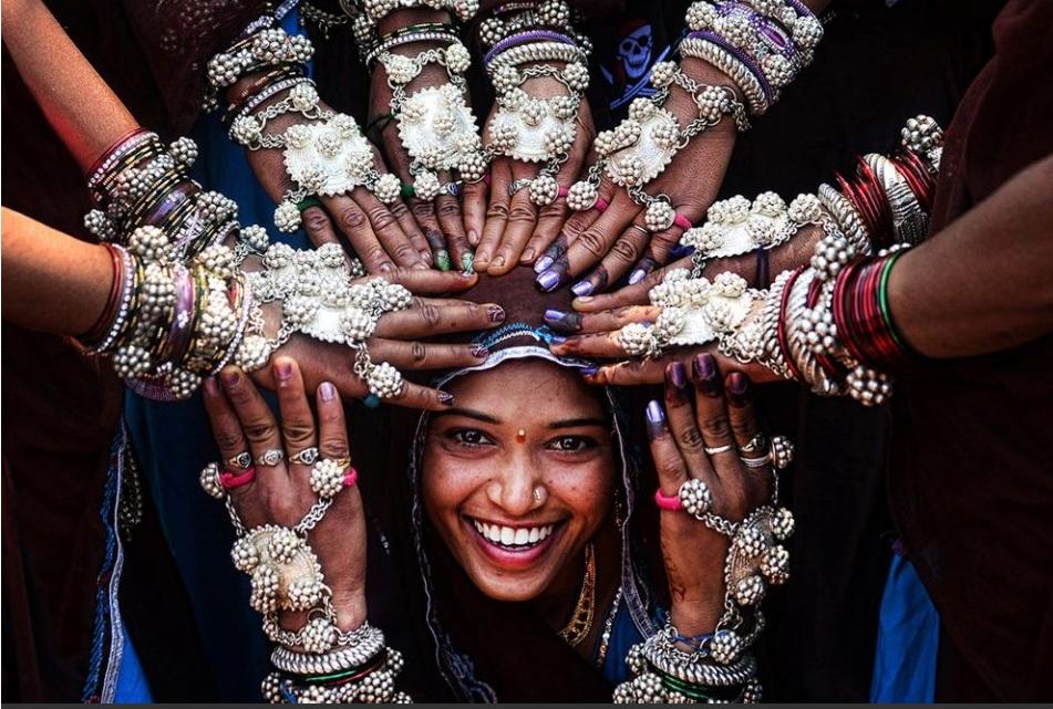 «Indian tribal fashion» – дзяўчына з карэнных плямёнаў раёна Гуджарат у Індыі падчас благаслаўлення з нагоды замужжа, зладжанага іншымі жанчынамі. Фота: Sanghamitra Sarkar, India, Entry, Open, Smile, 2016 Sony World Photography Awards