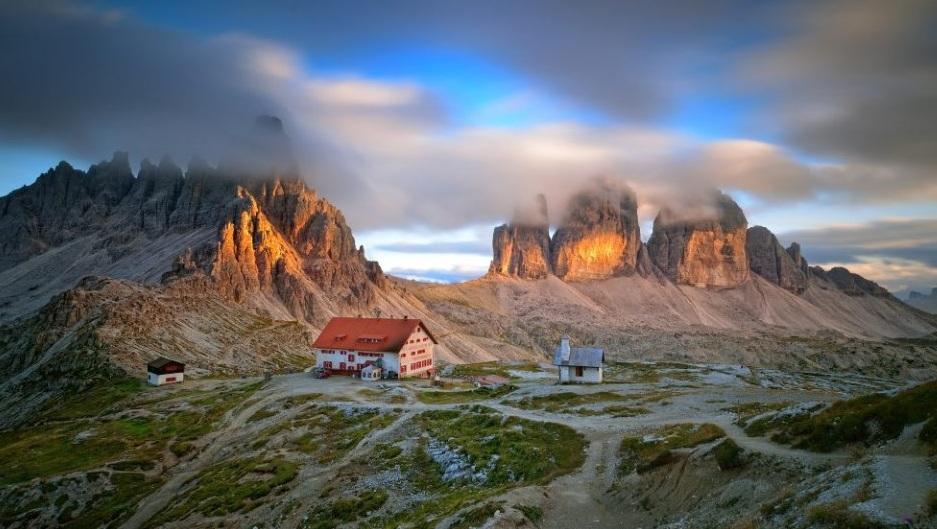 «Evening Mood @ Tre Cime di Lavaredo» – фота зроблена каля прытулка Локатэлі, у самым сэрцы гор Dolomiti di Sesto, Італія. Дзякуючы шэрым фільтрам фатограф змог падоўжыць час экспазіцыі да 66 секунд. Фота: Stefan Achorner, Austria, Entry