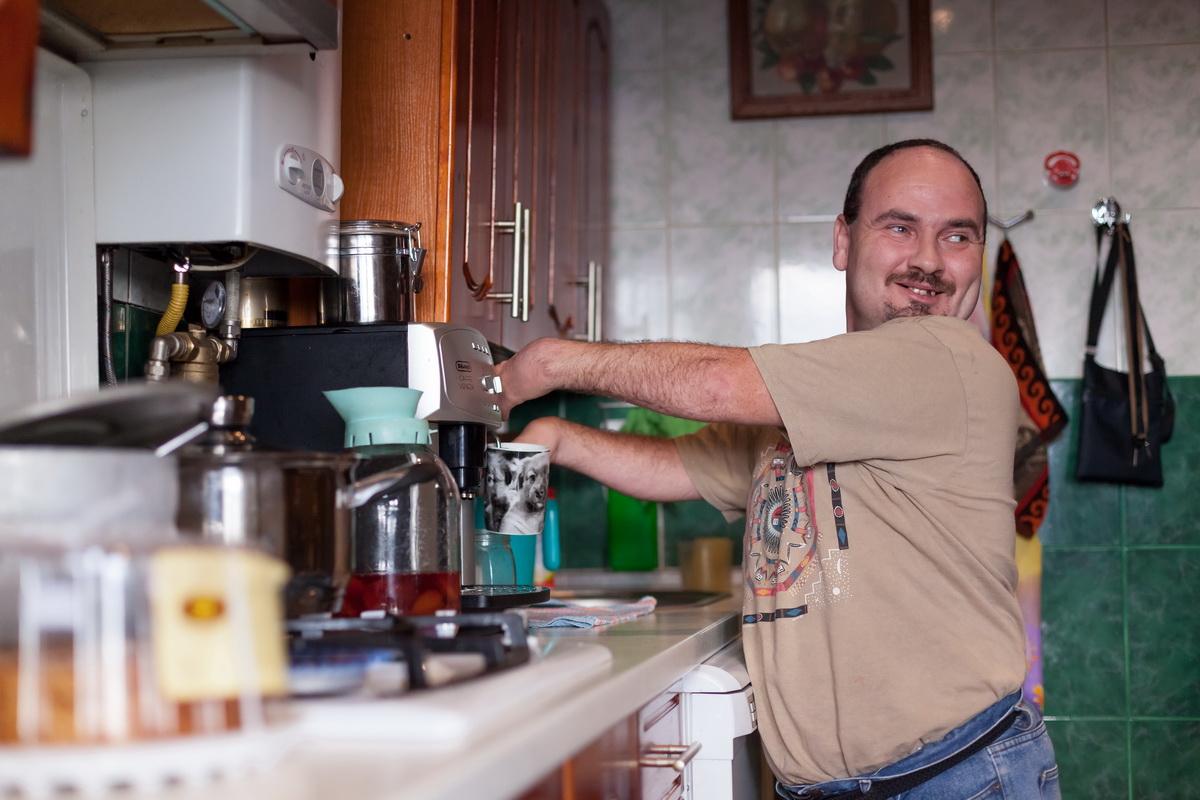Борис гордится тем, что смог оборудовать свою квартиру современной бытовой техникой. Гостей он любит угощать латте из кофе-машины.  Фото: Александр КОРОБ.