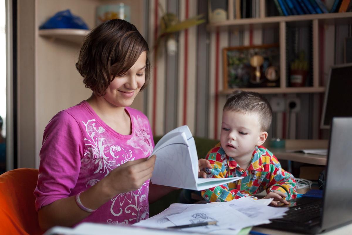 Аня любит рисовать, а Эммануил интересуется компьютерами. Фото: Александр КОРОБ.