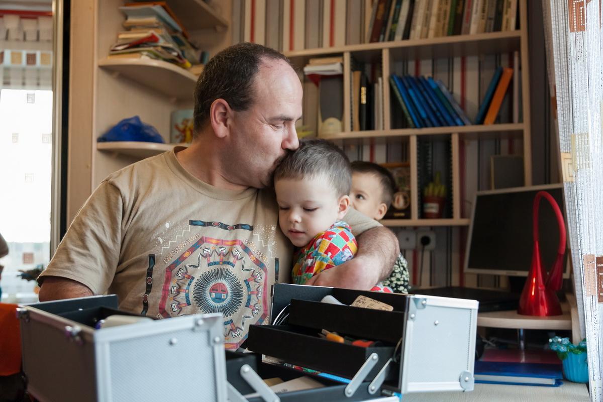 Борис с Эммануилом. Детей мужчина называет своим богатством. Фото: Александр КОРОБ.