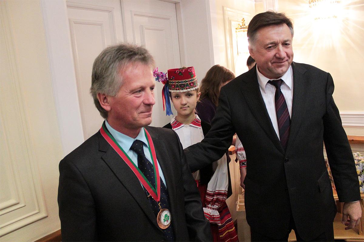 Председатель Белорусской федерации хоккея на траве Валерий Иванов наградил главного тренера команды Текстильщие-БарГУ Георгия Бельского