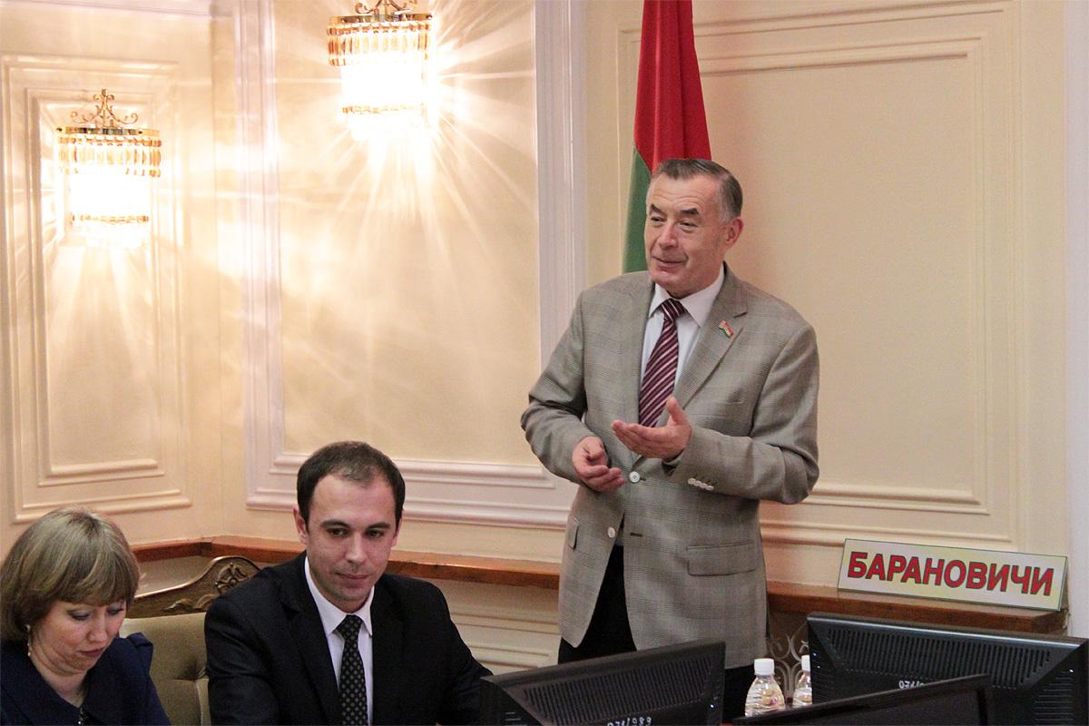 Ректор БарГУ Василий Кочурко поздравил спортсменок и предложил им пополнить ряды студентов университета