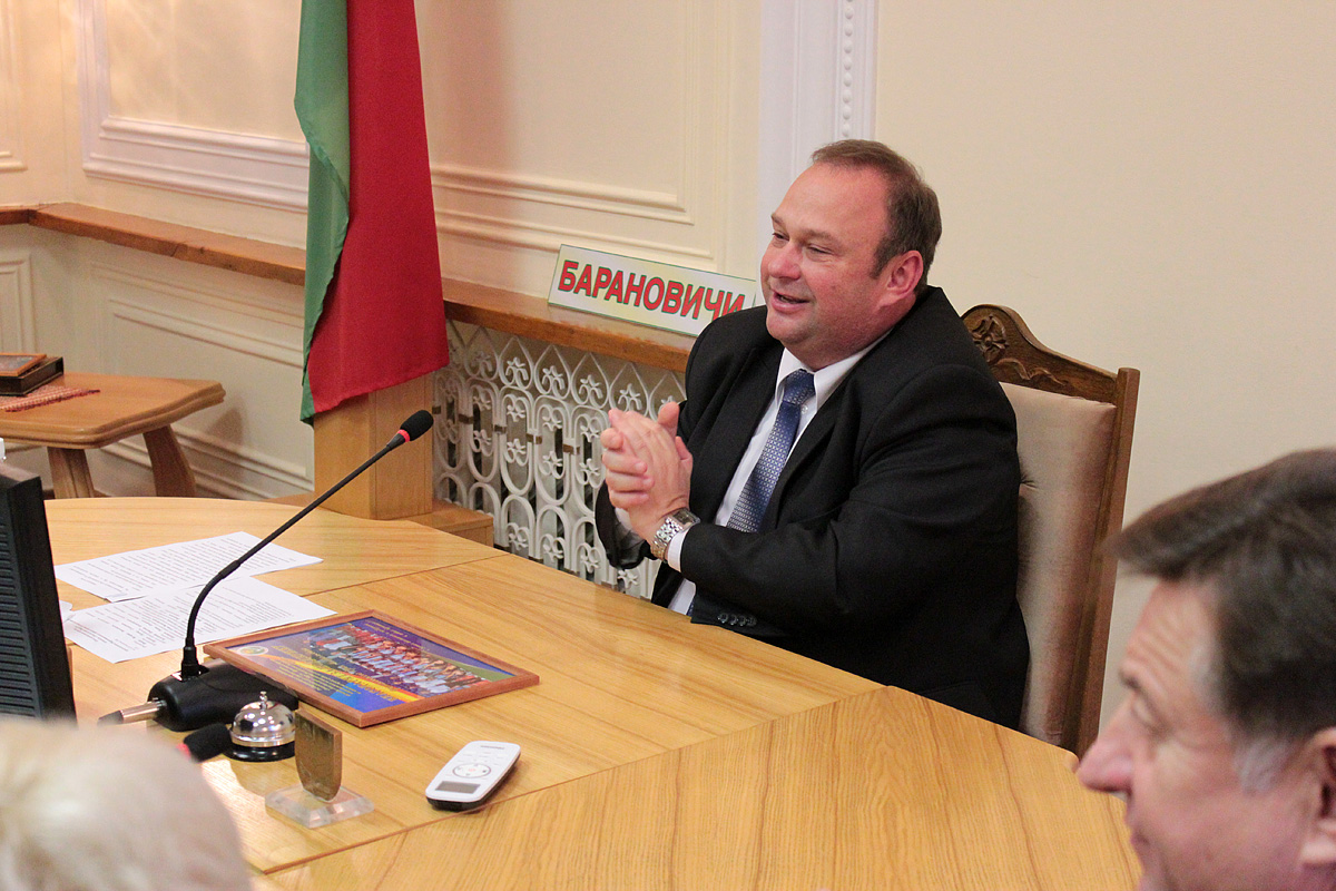Председатель Барановичского горисполкома Юрий Громаковский поздравил команду по хоккею на траве и отметил, что впереди еще много спортивных побед
