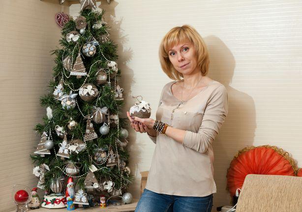 Мастер Светлана Дедович у  елки, украшенной своими игрушками. Фото: Александр КОРОБ.