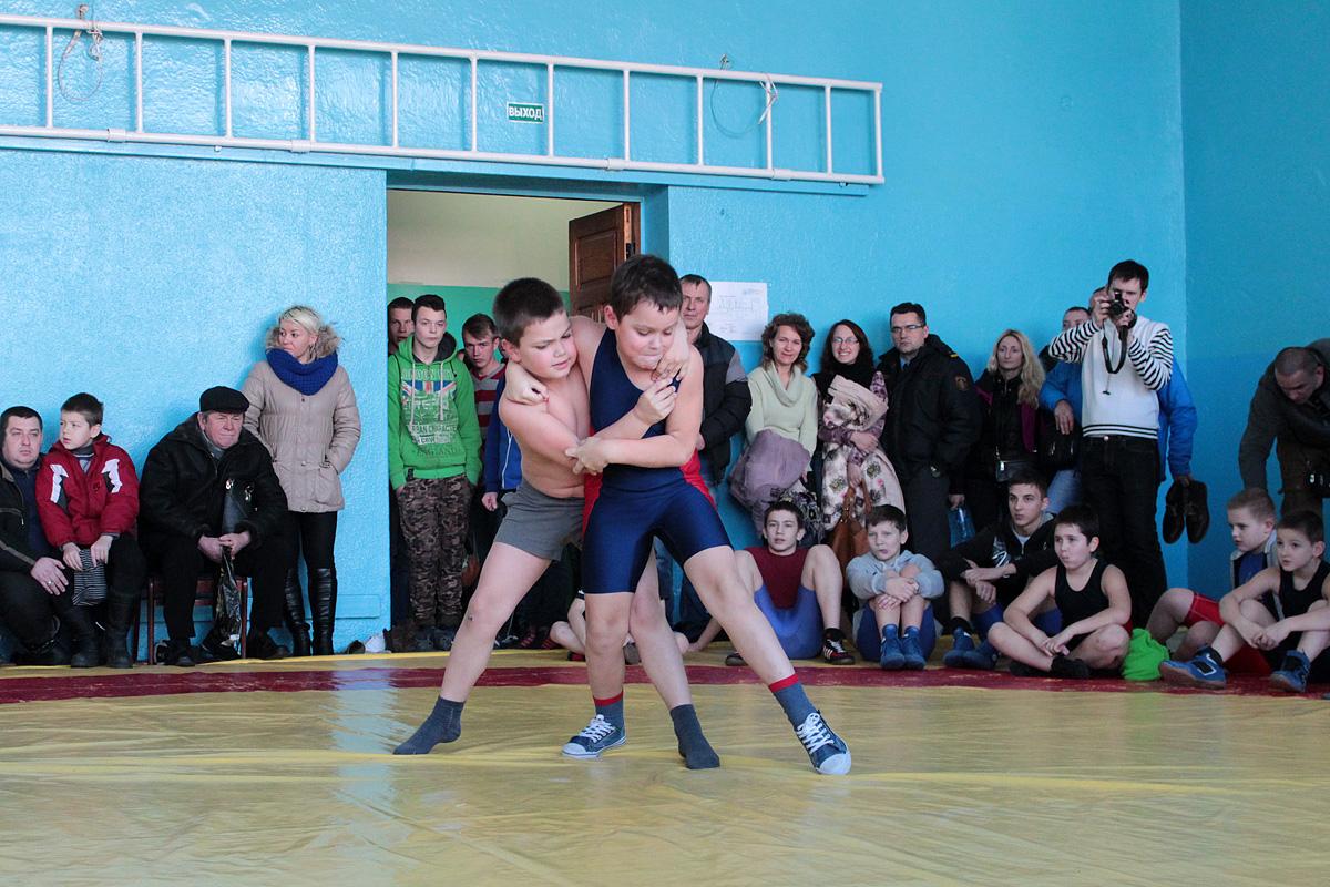 Барановичский борец Георгий Биза (слева) занял третье место