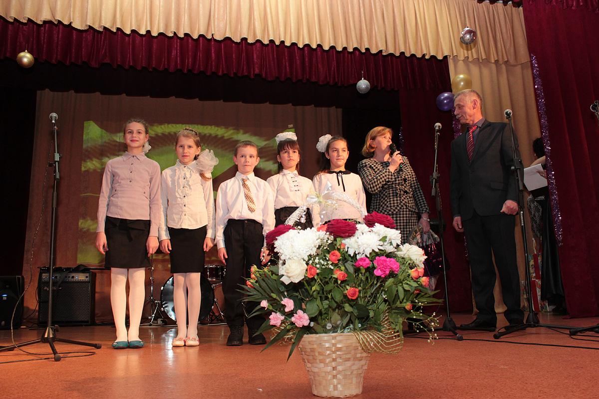 Директор Крошинской школы Наталья Силицкая с учениками