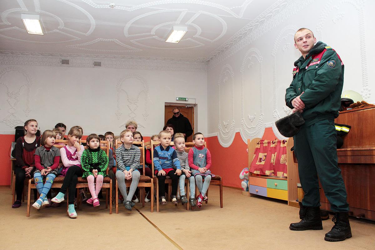Алексей Дерман рассказывает детям о правилах пожарной безопасности