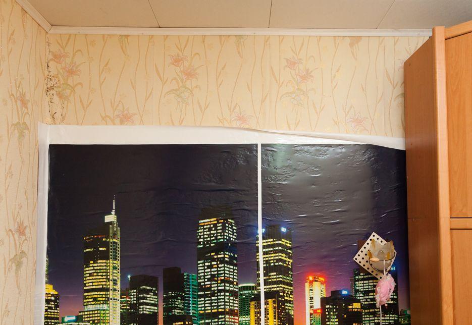 От стен в квартире стали отставать обои. Фото: Александр КОРОБ.