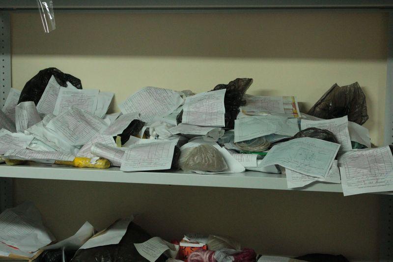 В комнате хранения вещественных доказательств находится порядка 1100 вещдоков и около 450 наркотических средств.
