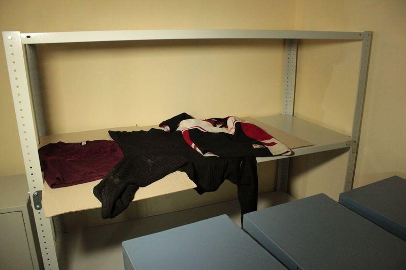 Комната для сушки вещей с мест убийств. В ней находятся вещи убитого и подозреваемого в совершении преступления.