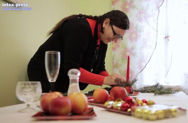 Флорист Юлия Бавтрель делает хвойную композицию на новогодний стол. Фото: Александр КОРОБ.