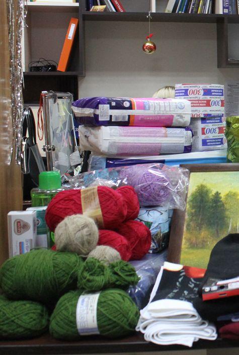 Женщинам из интерната пригодятся нитки для вязания. Фото: Татьяна МАЛЕЖ