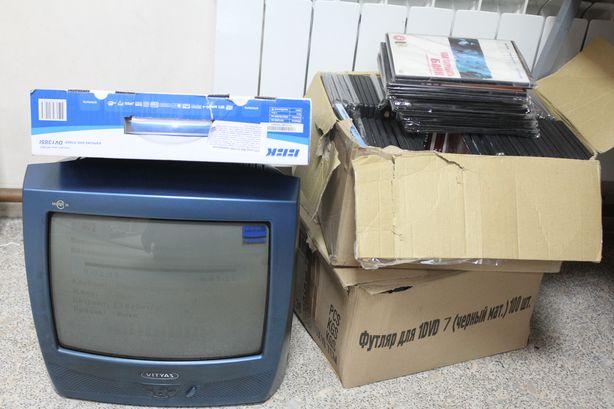 Житель г. Барановичи по имени Александр принес телевизор, ДВД-проигрыватель и две коробки дисков. Фото: Татьяна МАЛЕЖ.