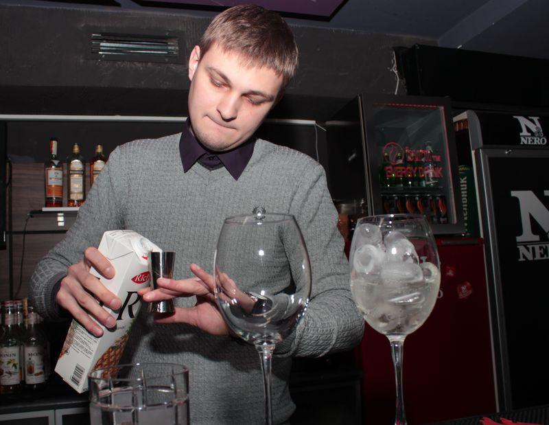 Добавляем сок. Фото: Юрий ПИВОВАРЧИК