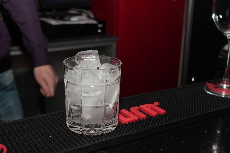 Минут на 10 кладем в стакан кубики льда, чтобы охладить его. Фото: Юрий ПИВОВАРЧИК