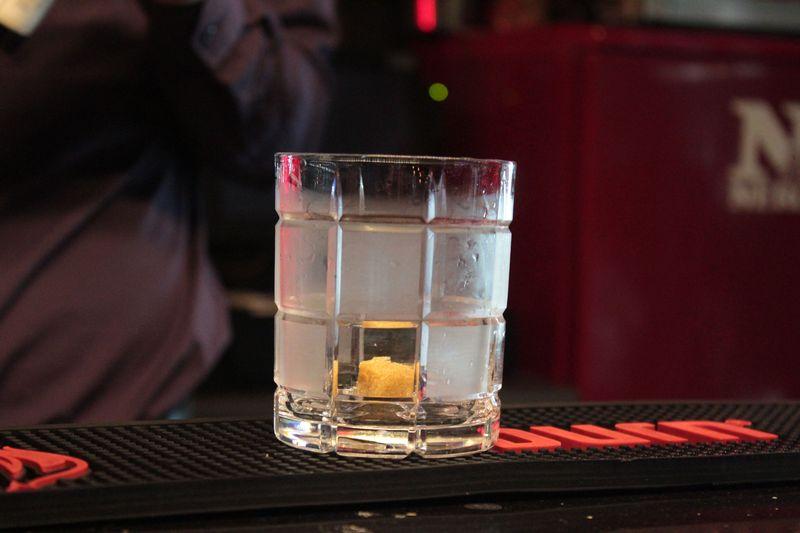 Когда стакан охлажден, убираем из него лед и кладем один кубик сахара. Фото: Юрий ПИВОВАРЧИК