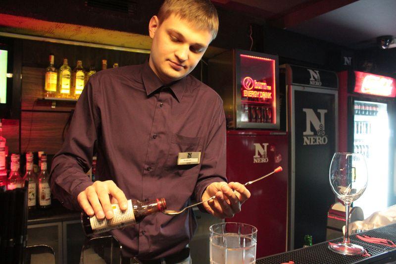 Добавляем ложечку биттера – он придаст коктейлю терпкий горьковатый вкус. Фото: Юрий ПИВОВАРЧИК