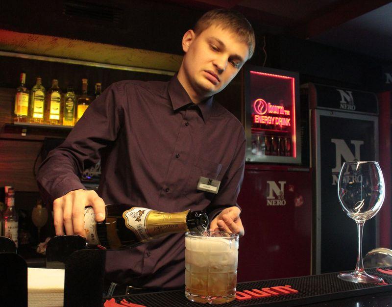 Наливаем в стакан шампанское и опять все перемешиваем. Фото: Юрий ПИВОВАРЧИК