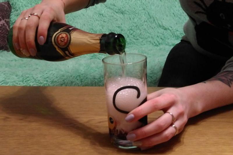 Доверху наливаем в стакан шампанское и размешиваем. Фото: Анна РОМАНОВА-КОЛОСОВСКАЯ
