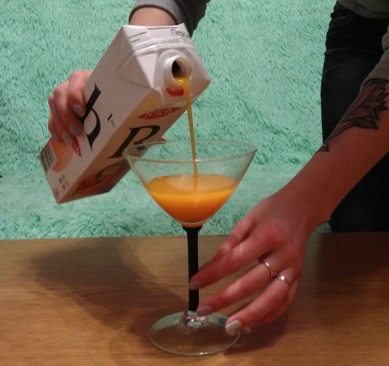 В коктейльную рюмку («мартинку») наливаем персиковый сок. Фото: Анна РОМАНОВА-КОЛОСОВСКАЯ