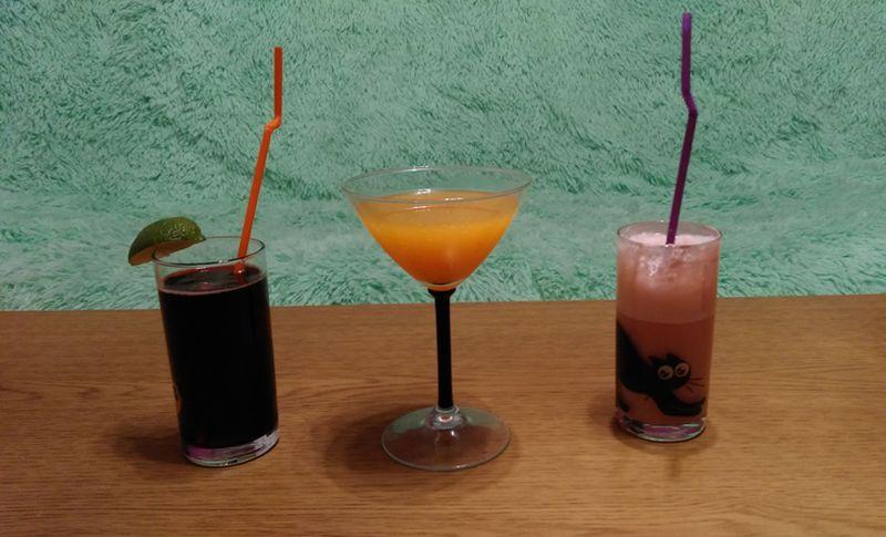 Коктейли «Калимочо», «Беллини» и «Ледяной Кир». Фото: Анна РОМАНОВА-КОЛОСОВСКАЯ