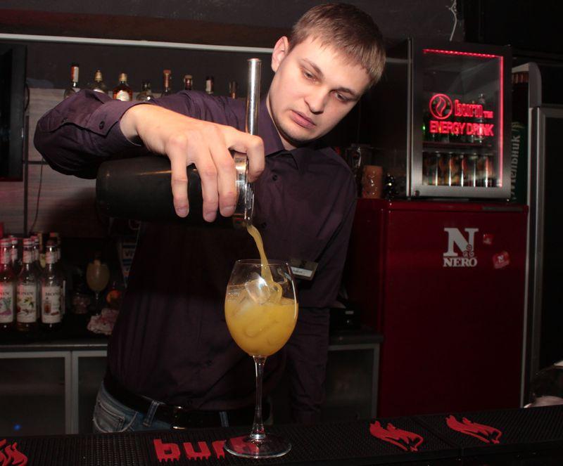 В шейкер добавляем вермут и сок, делаем шейк и с помощью стрейнера – барного ситечка – процеживаем в бокал коктейль. Фото: Юрий ПИВОВАРЧИК
