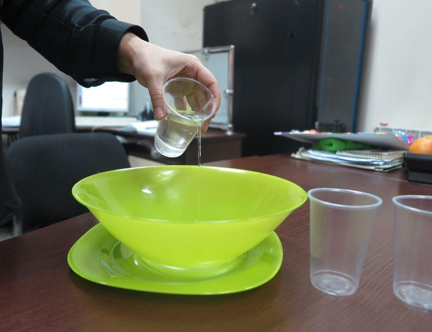 Налить теплую воду. Фото: Анна РОМАНОВА-КОЛОСОВСКАЯ.