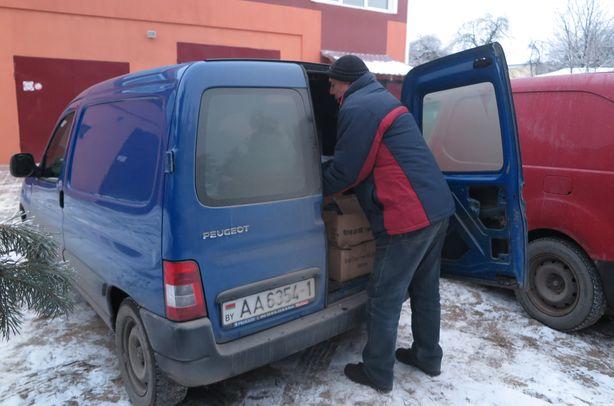 Погрузка подарков в интернат. Фото: Татьяна НЕКРАШЕВИЧ.