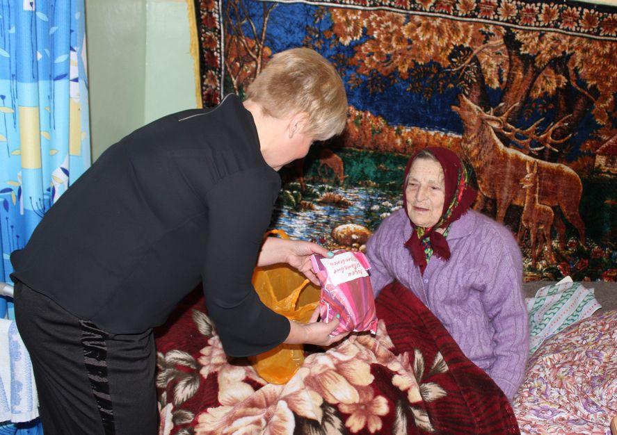 Заслуженный учитель Беларуси Лидия Ивановна Орловская принимает подарки от жителей города. Фото: Татьяна МАЛЕЖ