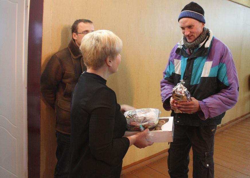 Житель интерната Дима очень любит Новый год и радуется сладким подаркам, как ребенок. Фото: Татьяна МАЛЕЖ