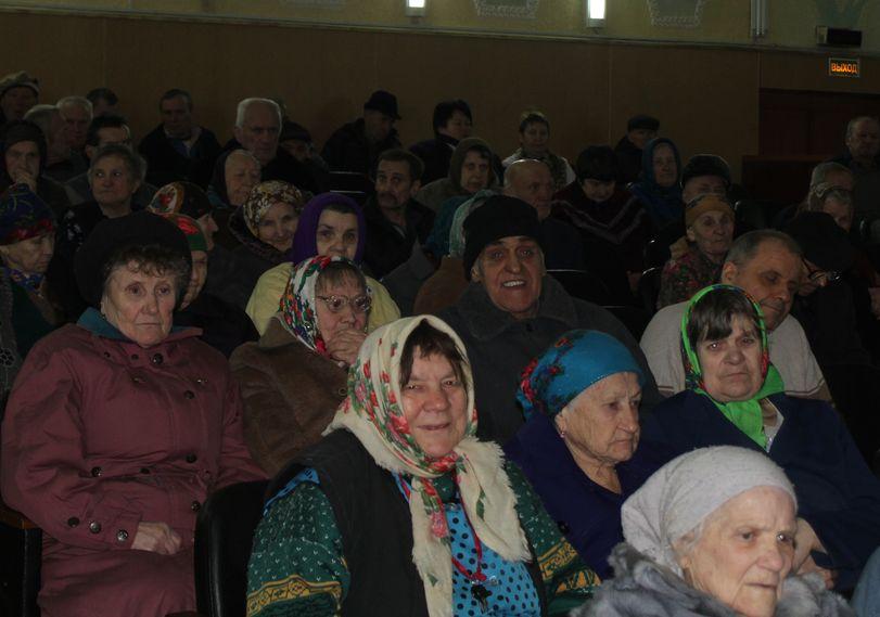 Жители интерната собрались на концерт, организованный редакцией газеты. Фото: Татьяна МАЛЕЖ