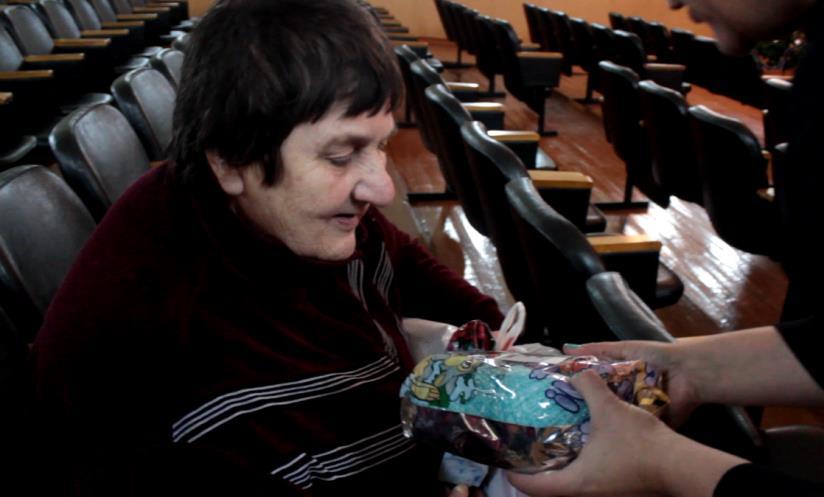 Елизавета Лукьянюк принимает в дар нитки для вязания. Фото: Юрий ПИВОВАРЧИК.