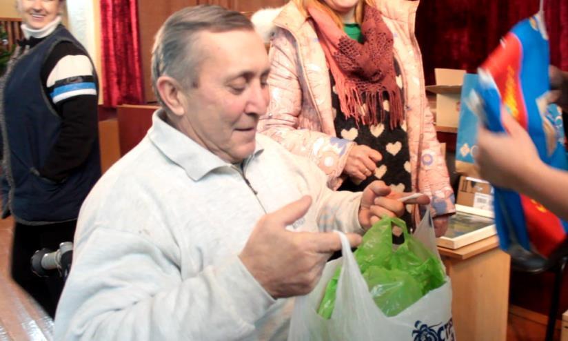 Михаилу Мосейчуку жители города Барановичи подарили три лобзика. Фото: Юрий ПИВОВАРЧИК.