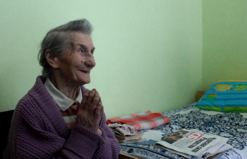 Евдокия Семеновна Кремень благодарит за книги и журналы. Фото: Юрий ПИВОВАРЧИК.