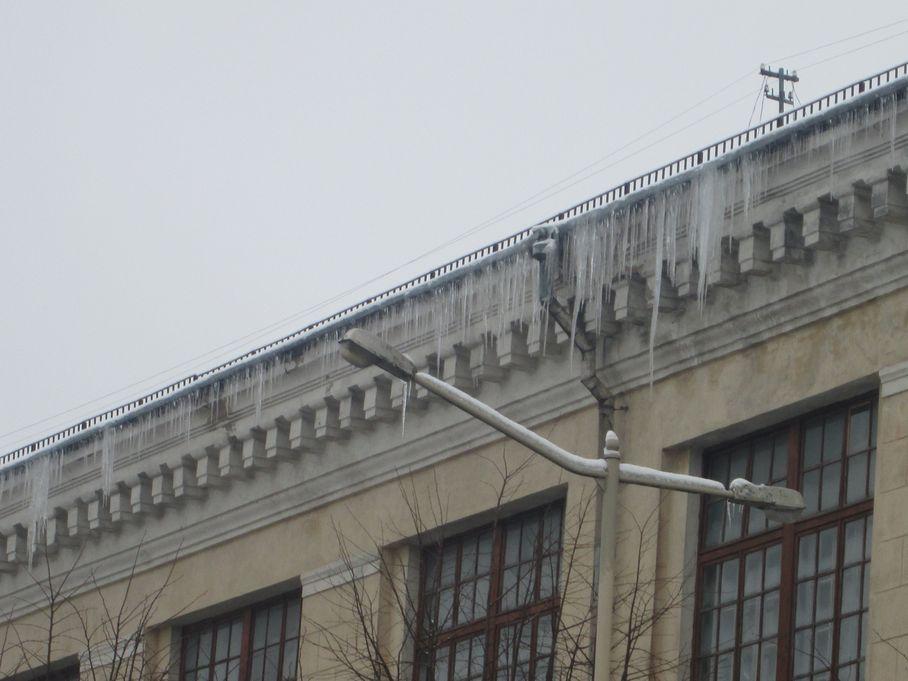Сосульки на здании швейной фабрики. Фото: Татьяна НЕКРАШЕВИЧ.
