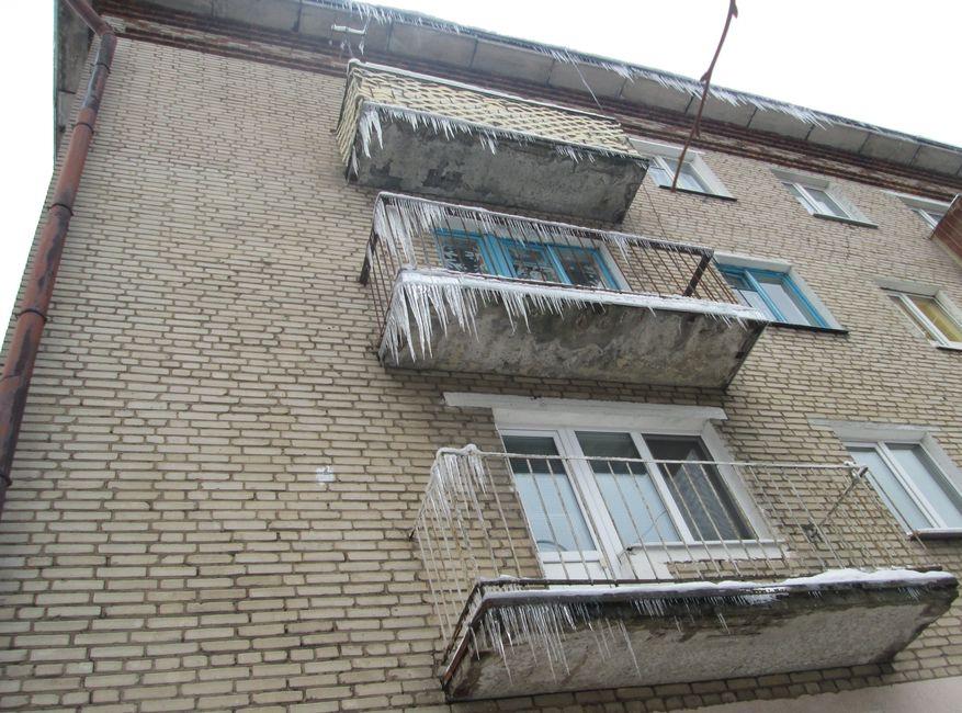Под балконами жилых домов идти опасно. Фото: Татьяна НЕКРАШЕВИЧ.