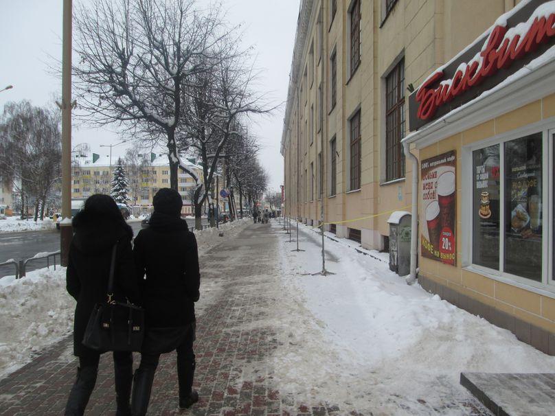 Территория возле швейной фабрики огорожена. Фото: Татьяна НЕКРАШЕВИЧ.