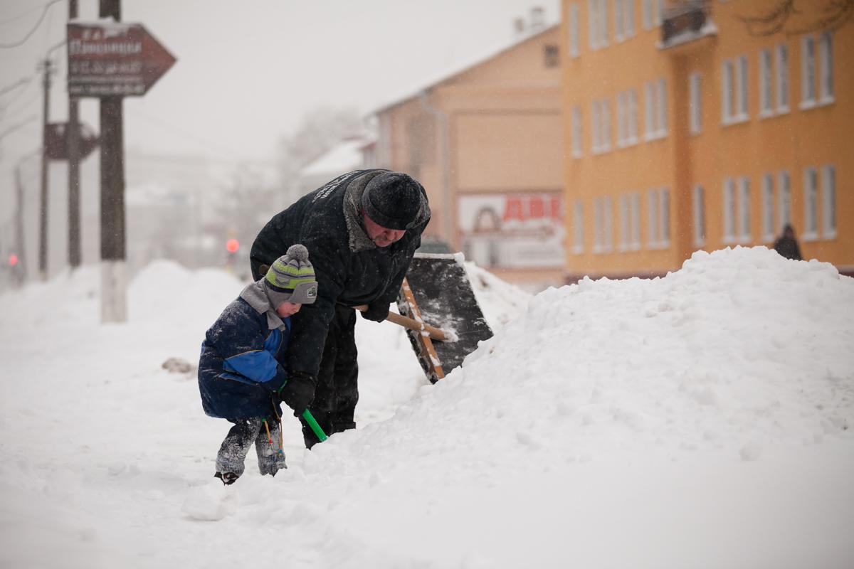 Улица Брестская. Внук Миша помогает дедушке.  Фото: Александр КОРОБ