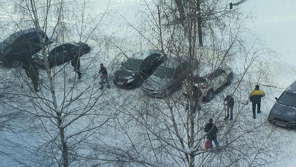 Уборка снега во дворе на ул. Тексер, 11. Фото: Виктор АРИНОВИЧ