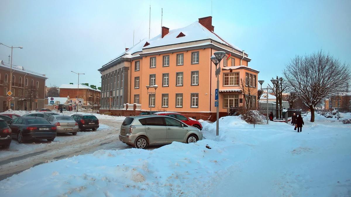 У здания Национального банка. Фото: Руслан РЕВЯКО
