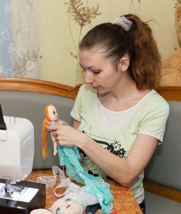 Профессия конструктора одежды помогает мастерице в шитье и крое кукольной одежды. Фото: Александр КОРОБ.
