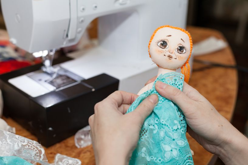 Лицо куклы нарисовано, а на первых куклах было вышито, потому что мастерица боялась рисовать. Фото: Александр КОРОБ.