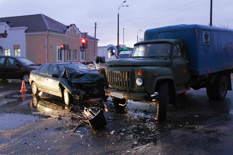 Столкнулись грузовик с легковушкой. Фото: Татьяна МАЛЕЖ.