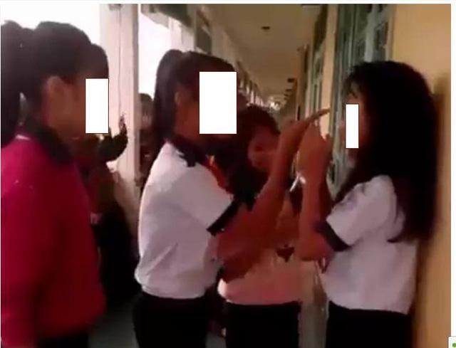 Разборки между вьетнамскими школьницами. Фото с сайта dantri.com.vn